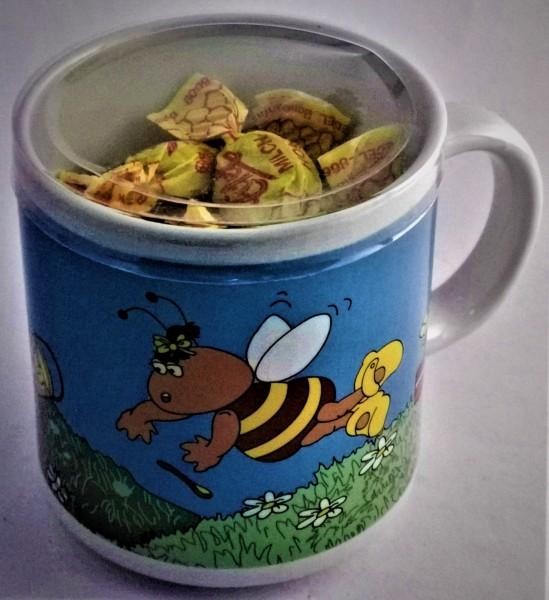 Bienentasse mit Honigbonbons gefüllt